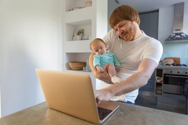 腕の中で肯定的な新しいお父さん持株赤ちゃん