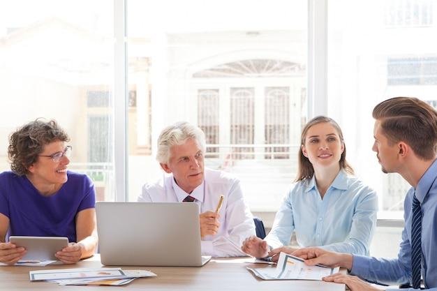 Положительная улыбается встреча в офисе старший