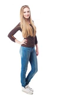 Положительный подросток в джинсах