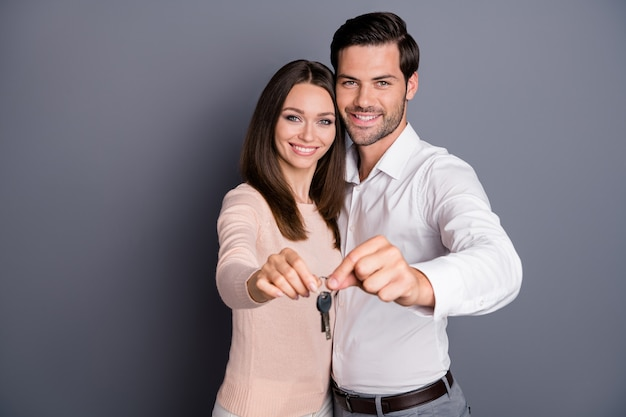 愛のポジティブな優しいカップルはキー笑顔を保持します