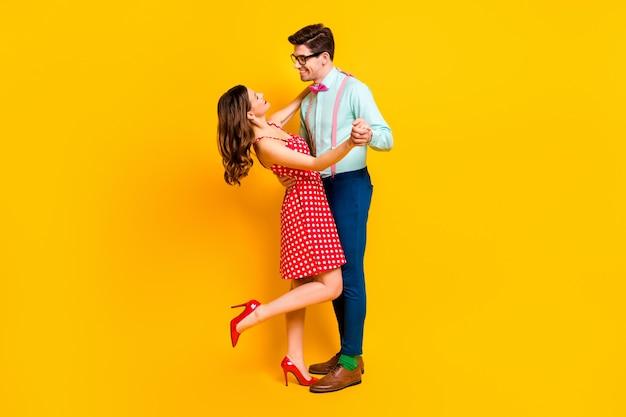 Позитивный тендер два человека танцевальная вечеринка