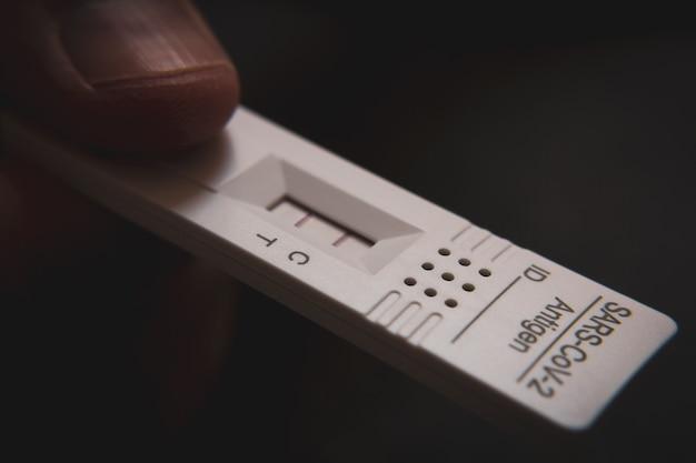 Covid-19、新規コロナウイルス2019の迅速検査装置を使用した陽性の検査結果