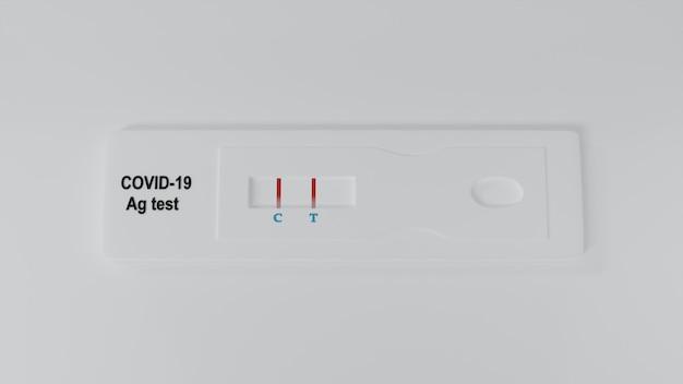 白い背景で分離されたcovid-19抗原の迅速検査装置を使用して陽性のテスト結果