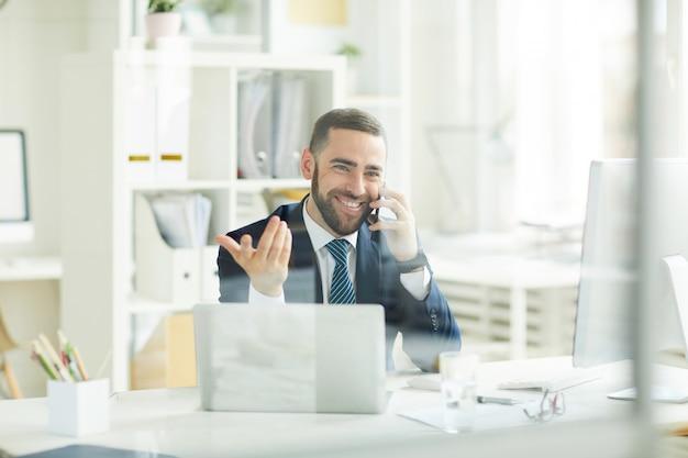 Позитивный трейдер утешает клиента о финансовых активах