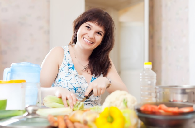 Положительная женщина, сокращающая сельдерей