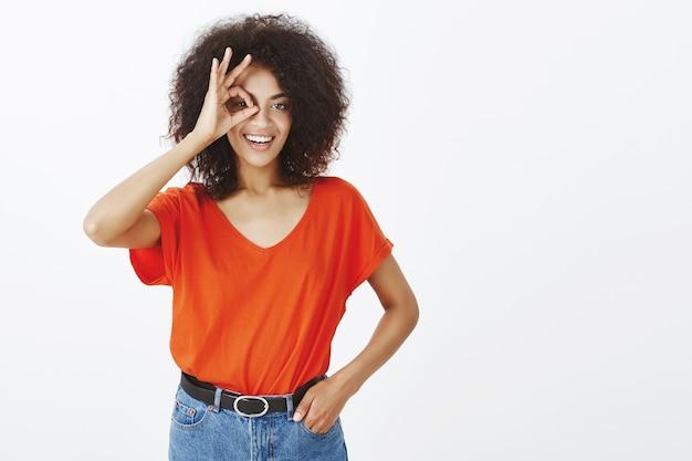 Donna positiva con acconciatura afro in posa in studio