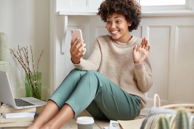 Позитивная женщина, работающая дома