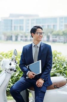 肯定的な若い起業家