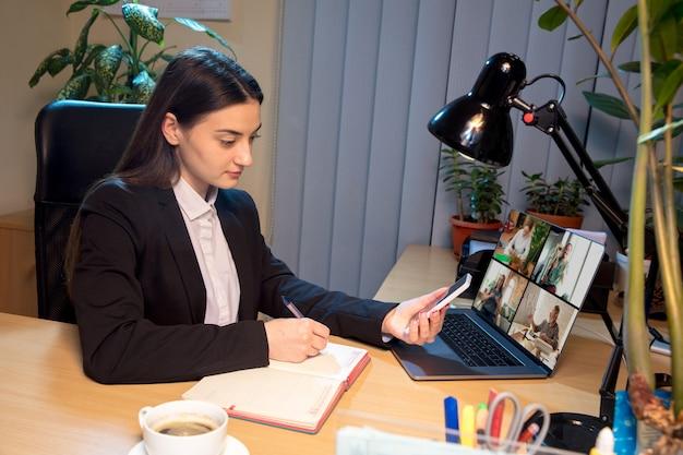 Возможности. молодая женщина разговаривает, работает в режиме видеоконференции с коллегами, сослуживцами дома. интернет-бизнес, образование во время коронавируса и карантина. работа, финансы, современные технические концепции.