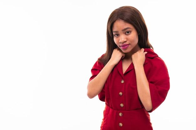 表現力豊かな美しいアフリカ系アメリカ人の女の子possingの背景に