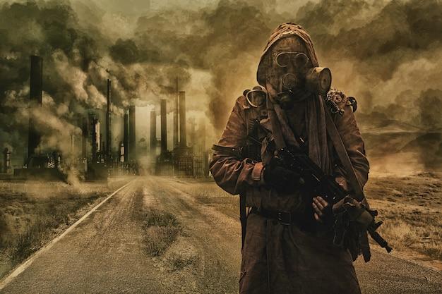 종말 이후의 대기 오염. 버려진 도로의 파이프 배경에 너덜너덜한 것과 방독면을 쓴 생존자. 자연 보호 개념