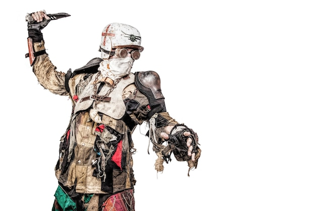 Постапокалиптическое существо-выживший с самодельным оружием