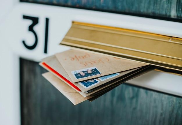 문 우편함에 우편물