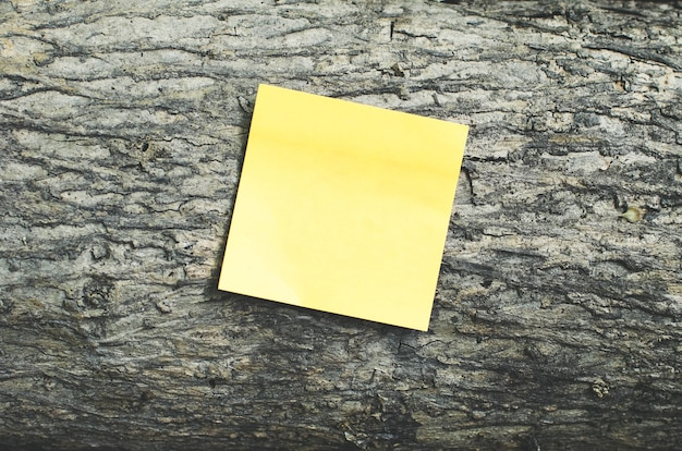 Post it note on an wood background