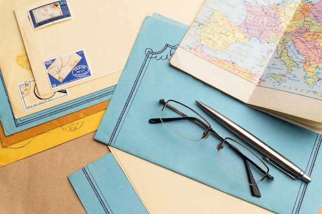 郵便ステーショナリーがテーブルの上にあります。