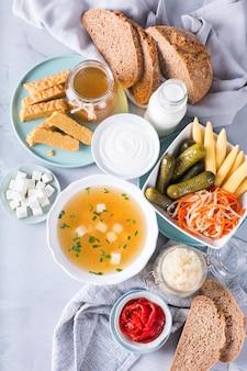 Постбиотики - метаболиты и компоненты клеточной стенки из пробиотиков, функционального питания. темпе, чайный гриб, квашеная капуста, соленые огурцы, кефир, йогурт, мисо-суп, мягкий сыр, хлеб на закваске