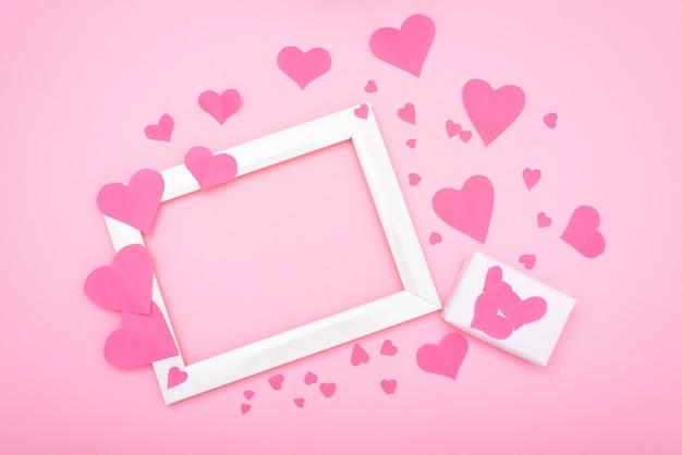 ピンクの背景にピンクのハート、バレンタインデーのグリーティングカードのポストカード。モーションキャプチャコピースペース。