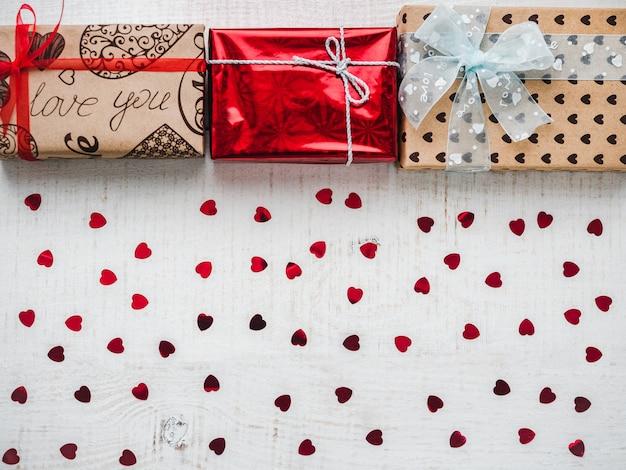 Открытка для сладких слов о любви и ярких подарочных коробок
