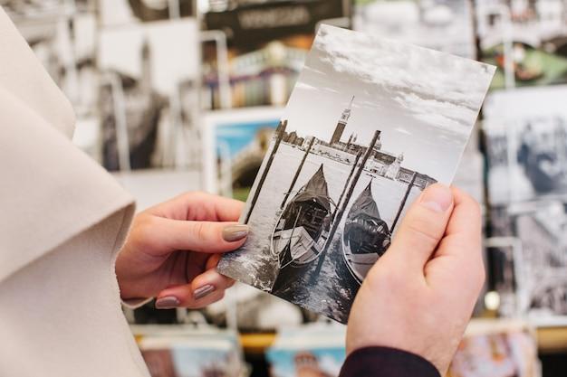 Открытка из венеции с гондолами в руках пары