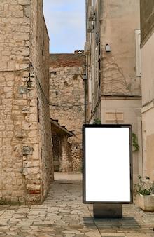 Рекламный щит плакат на фоне старого города. макет пустого рекламного щита на улице