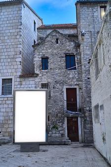 오래 된 도시 배경에서 포스터 빌보드. 거리에서 빈 광고 빌보드 모형