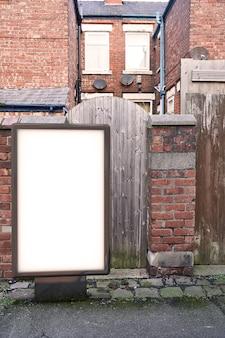 Рекламный щит плакат на фоне грязной аллеи города. макет пустого рекламного щита на улице