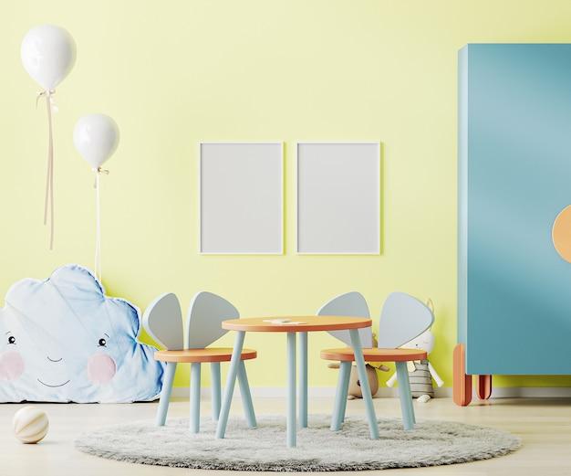 테이블, 장난감 및 찬장이있는 밝은 노란색 아이 방의 포스터 프레임
