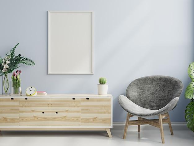 안락의자.3d 렌더링이 있는 거실 내부의 빈 파란색 벽에 수직 프레임이 있는 포스터 모형