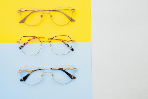 Плакат очков на пастельном фоне. оптика. зрение.