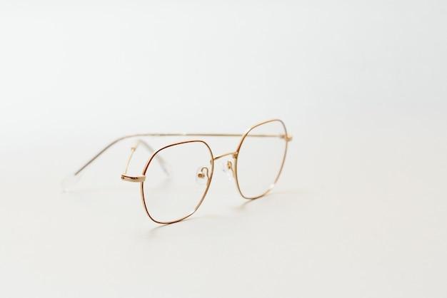 パステルカラーの背景にメガネのポスター。光学。ヴィジョン。