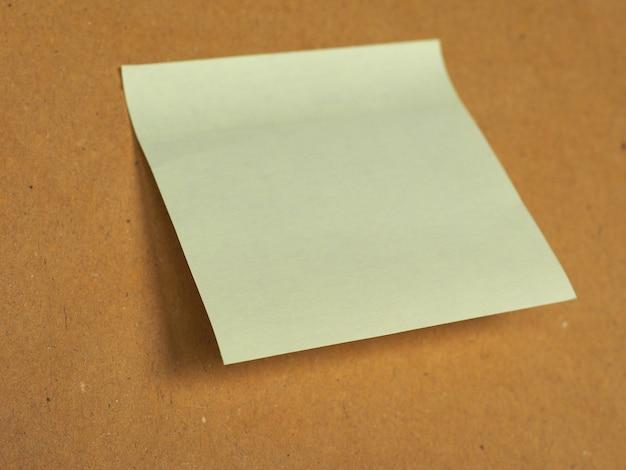 コピースペース付きの茶色のポストイット