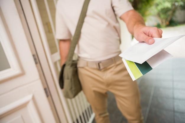 Почтальон, отправляющий письмо