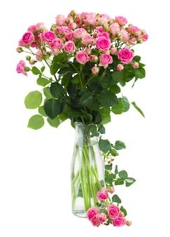 흰색 공간에 고립 된 유리 꽃병에 신선한 분홍색 장미 꽃다발
