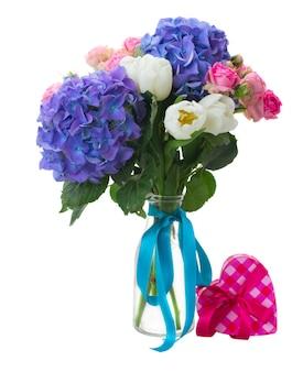 白いチューリップ、ピンクのバラ、青いオルテンシアの花の花束と白いスペースで隔離のギフトボックス