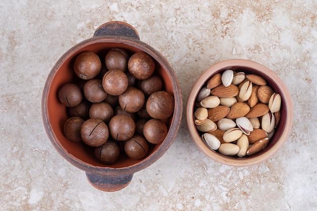 Una pentola di palline di cioccolato e una piccola ciotola di noci assortite