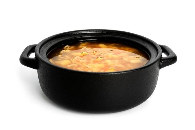 麺の鍋、カップのヌードルスープ、白い背景で隔離のアジア料理。黒い鉢。高品質の写真