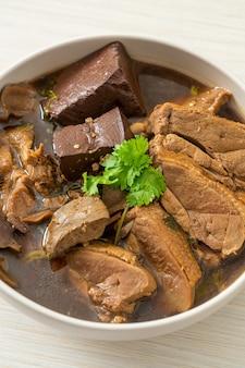 鴨の煮込みまたは鴨の醤油とスパイスの蒸し物-アジア料理スタイル