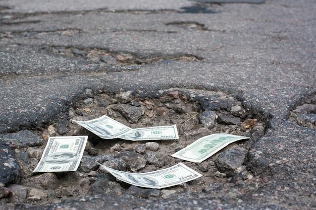 道路のpot穴にドル札