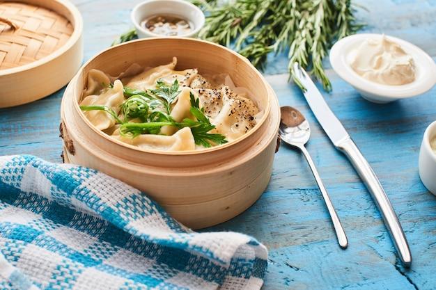 鍋に自家製pot子と木製のテーブルに素朴なサワークリーム