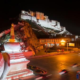 夜のポタラ宮殿、ラサ、チベット、中国