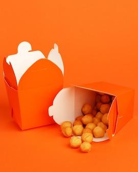 Картофельные шарики в картонной коробке.
