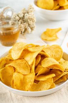 감자 칩은 바삭할 때까지 튀기거나 구운 감자의 얇은 스트립입니다.