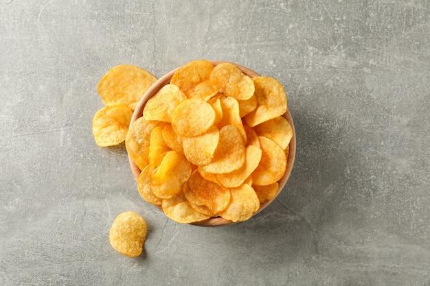 Картофельные чипсы. пивные закуски на серый, место для текста. вид сверху