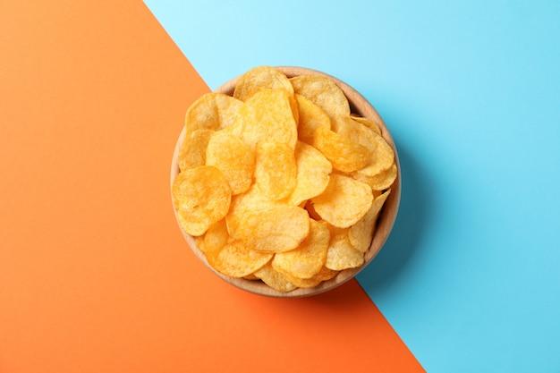 Картофельные чипсы. пивные закуски на два тона, место для текста. вид сверху