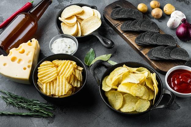 감자 칩. 맥주 스낵, 치즈와 양파로 만든 소스, 디핑 소스, 회색 돌 배경