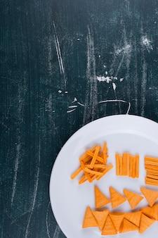 白い皿にトマトソースのポテトチップス