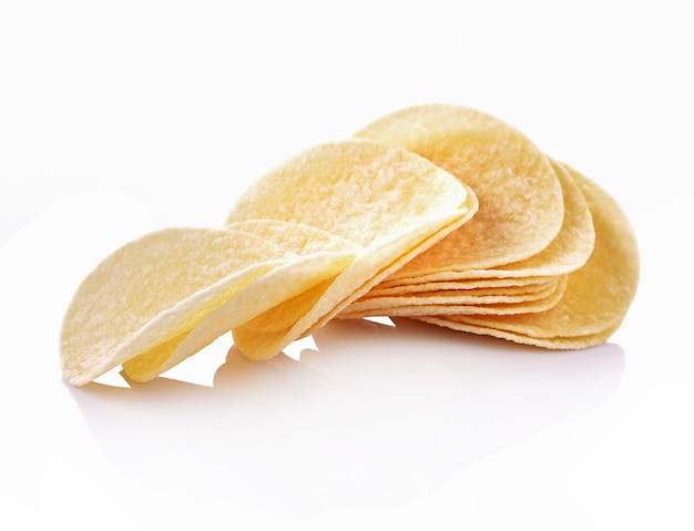 Картофельные чипсы, изолированные на белом фоне
