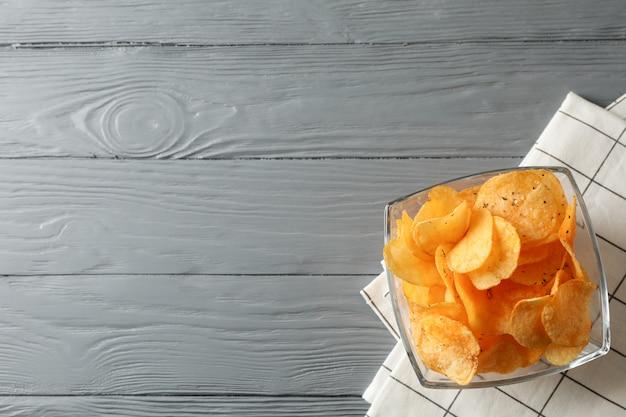 감자 칩, 회색 나무, 텍스트위한 공간에 냅킨. 평면도
