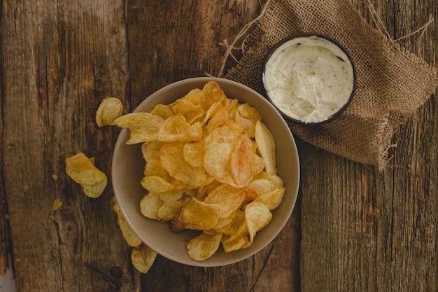 Картофельные чипсы на столе