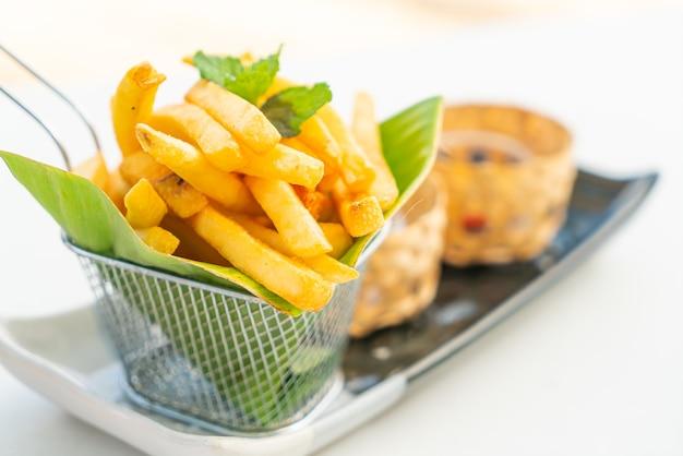 접시에 감자 칩 또는 감자 튀김